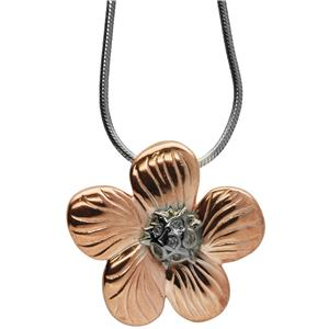 <p>Geranium traversii diamond necklace</p>