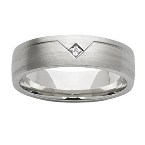 <p>Princess cut diamond ring</p>